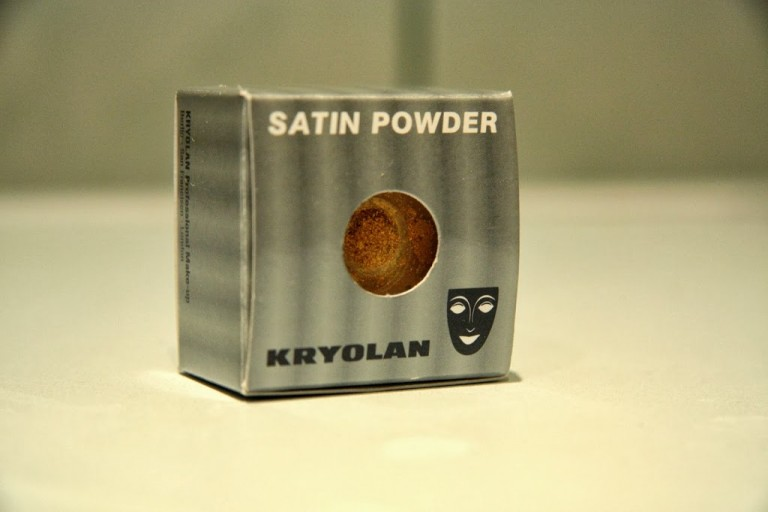 Vakara grims ar Kryolan Satin Powder